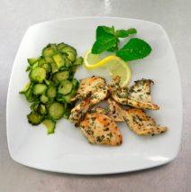 Petto di pollo aromatizzato con zucchine